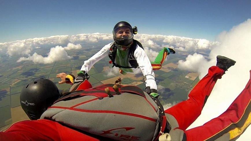 Мариуполец прыгнул с парашютом в вышиванке (ФОТОФАКТ), фото-2