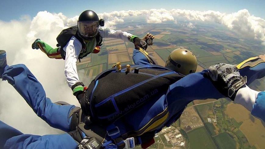 Мариуполец прыгнул с парашютом в вышиванке (ФОТОФАКТ), фото-1