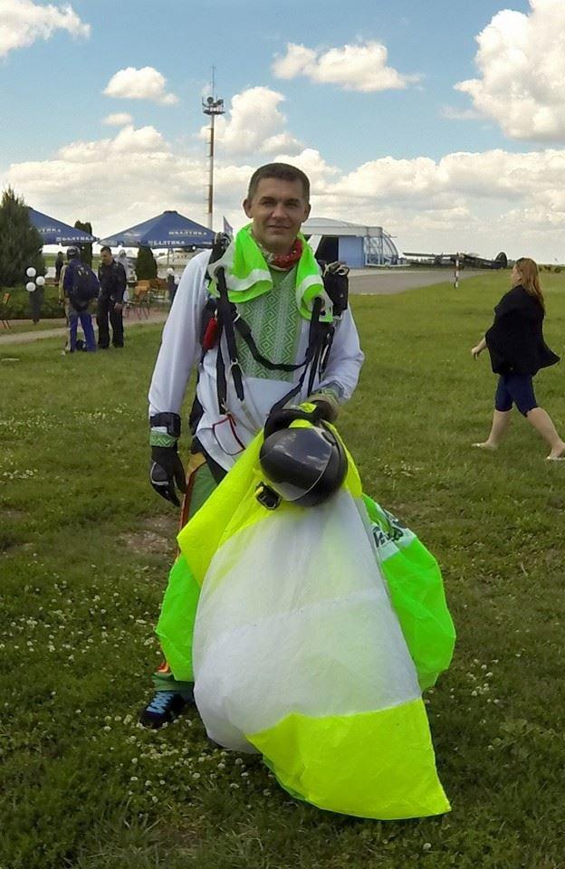 Мариуполец прыгнул с парашютом в вышиванке (ФОТОФАКТ), фото-5