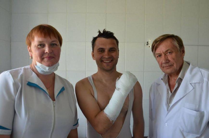 Участник кругосветного велоэкшена из Мариуполя попал в ДТП — сломал руку и сбил оператора (ФОТО), фото-1