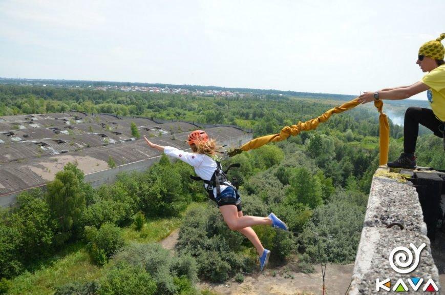 Адреналін зашкалює: у Львові сміливці стрибають з дев'ятиповерхівки (фоторепортаж), фото-6