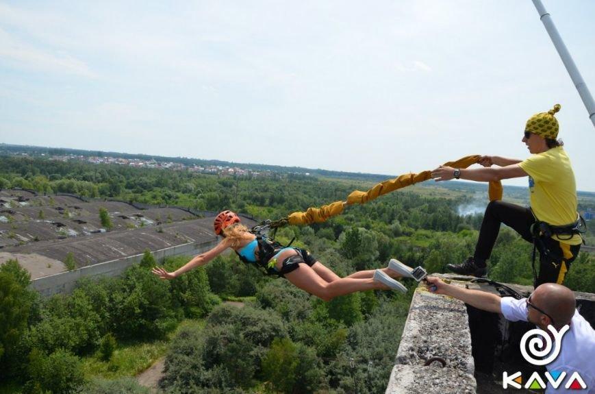 Адреналін зашкалює: у Львові сміливці стрибають з дев'ятиповерхівки (фоторепортаж), фото-14