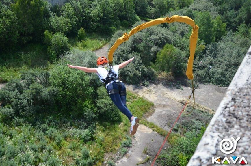 Адреналін зашкалює: у Львові сміливці стрибають з дев'ятиповерхівки (фоторепортаж), фото-13