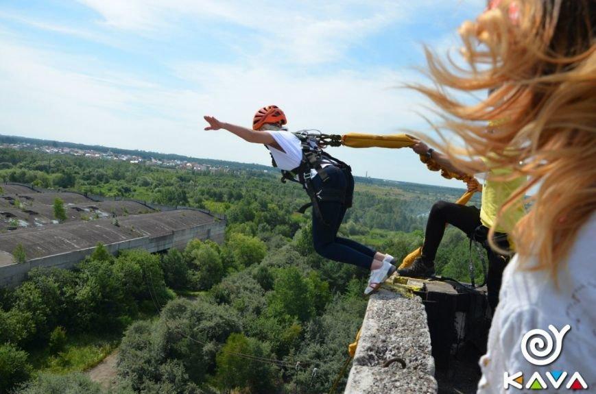 Адреналін зашкалює: у Львові сміливці стрибають з дев'ятиповерхівки (фоторепортаж), фото-2