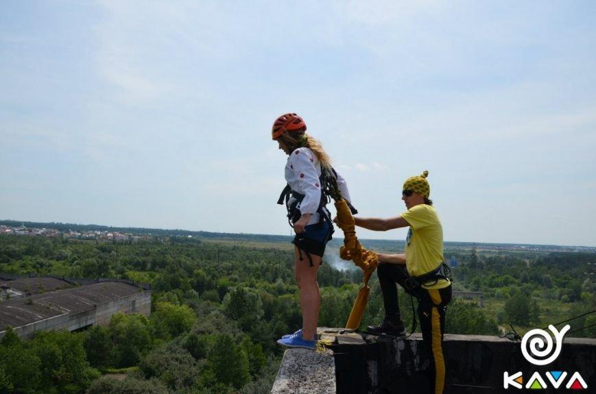 Адреналін зашкалює: у Львові сміливці стрибають з дев'ятиповерхівки (фоторепортаж), фото-12