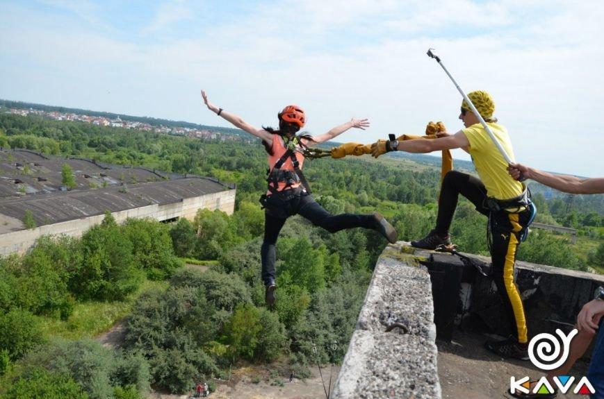 Адреналін зашкалює: у Львові сміливці стрибають з дев'ятиповерхівки (фоторепортаж), фото-3