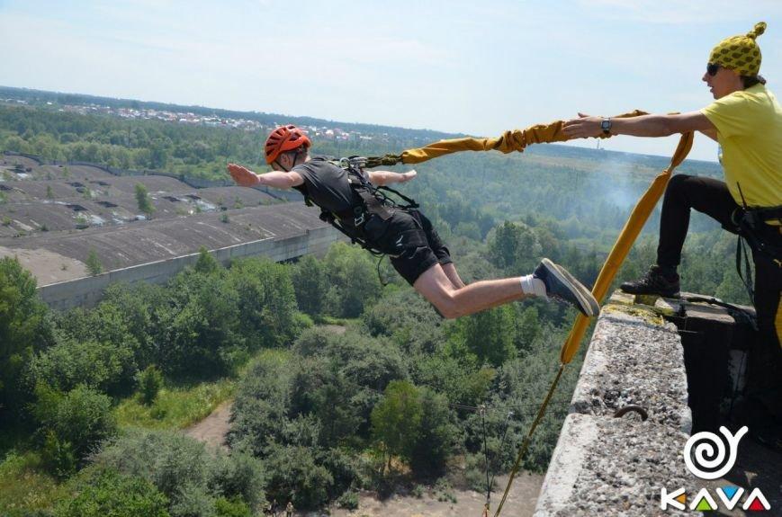 Адреналін зашкалює: у Львові сміливці стрибають з дев'ятиповерхівки (фоторепортаж), фото-8