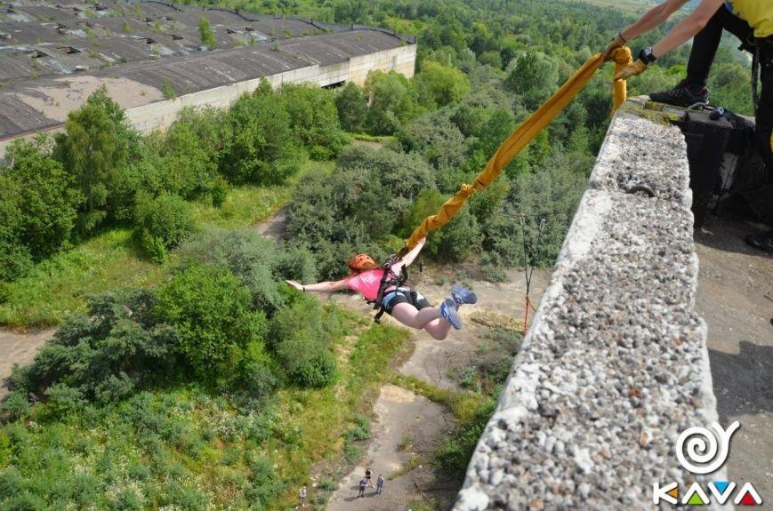 Адреналін зашкалює: у Львові сміливці стрибають з дев'ятиповерхівки (фоторепортаж), фото-4