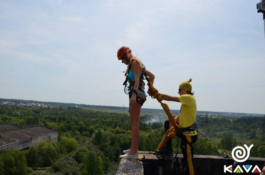 Адреналін зашкалює: у Львові сміливці стрибають з дев'ятиповерхівки (фоторепортаж), фото-16
