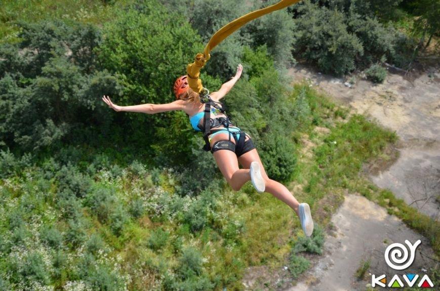 Адреналін зашкалює: у Львові сміливці стрибають з дев'ятиповерхівки (фоторепортаж), фото-11