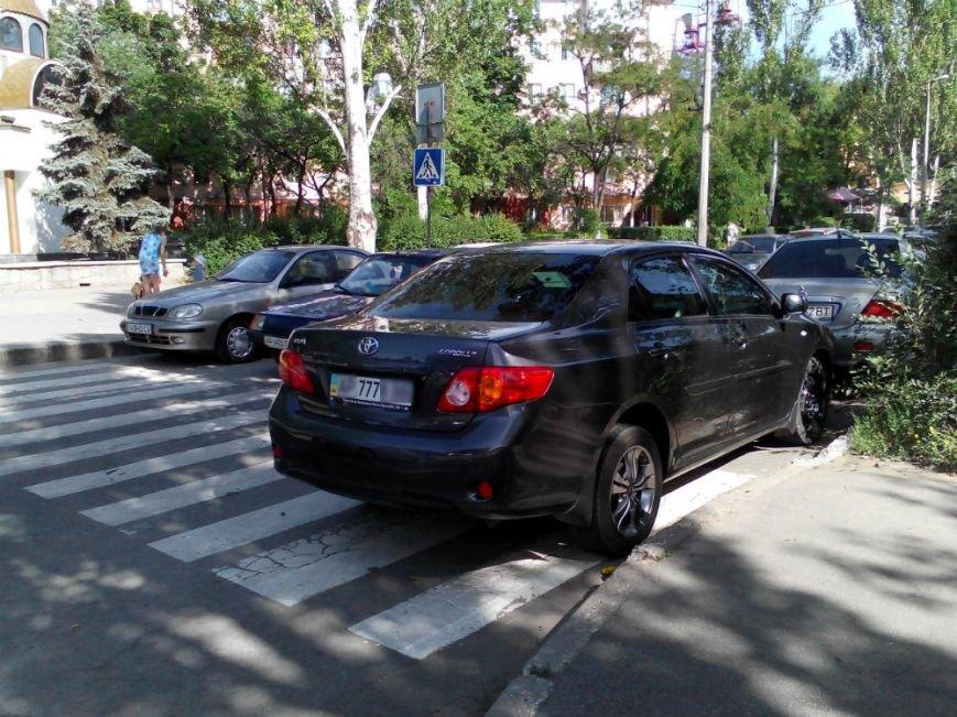 ФОТОФАКТ: В Запорожье водитель «Тойоты» с «блатными» номерами припарковался на зебре у УВД, фото-2