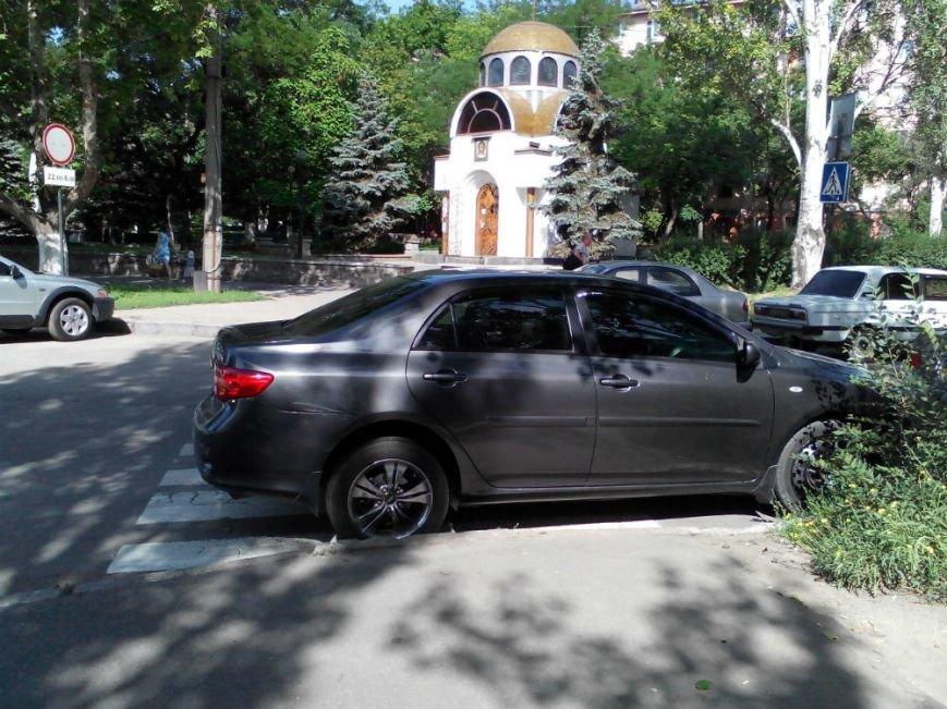ФОТОФАКТ: В Запорожье водитель «Тойоты» с «блатными» номерами припарковался на зебре у УВД, фото-1