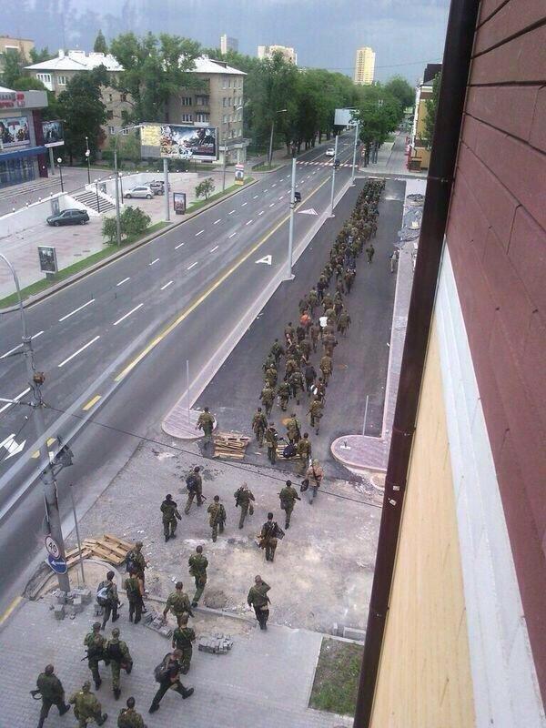В Донецке эвакуируют самый популярный торгово-развлекательный центр, а по городу маршируют боевики, фото-1