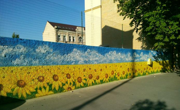 Патриотичный стрит-арт: Киев расписали золотыми подсолнухами (ФОТО), фото-3