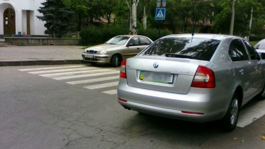 ФОТОФАКТ: В Запорожье на «зебре» у УВД продолжают парковать автомобили, фото-1