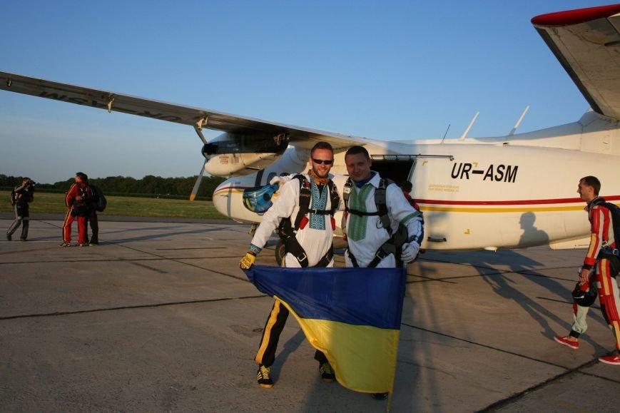 В вышиванке и с флагом: вслед за мариупольцем житель Кременчуга проявил в воздухе патриотизм (Видео), фото-1
