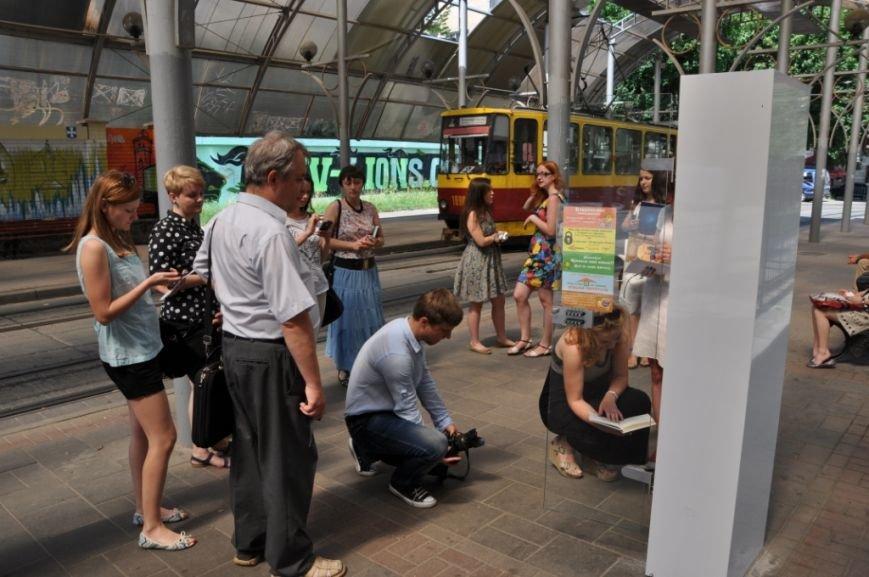 На львівських зупинках з'явились полиці для буккросингу (фоторепортаж), фото-3