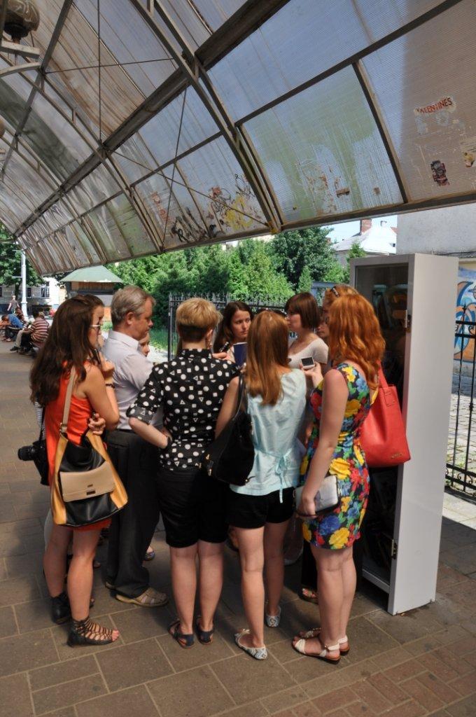 На львівських зупинках з'явились полиці для буккросингу (фоторепортаж), фото-7