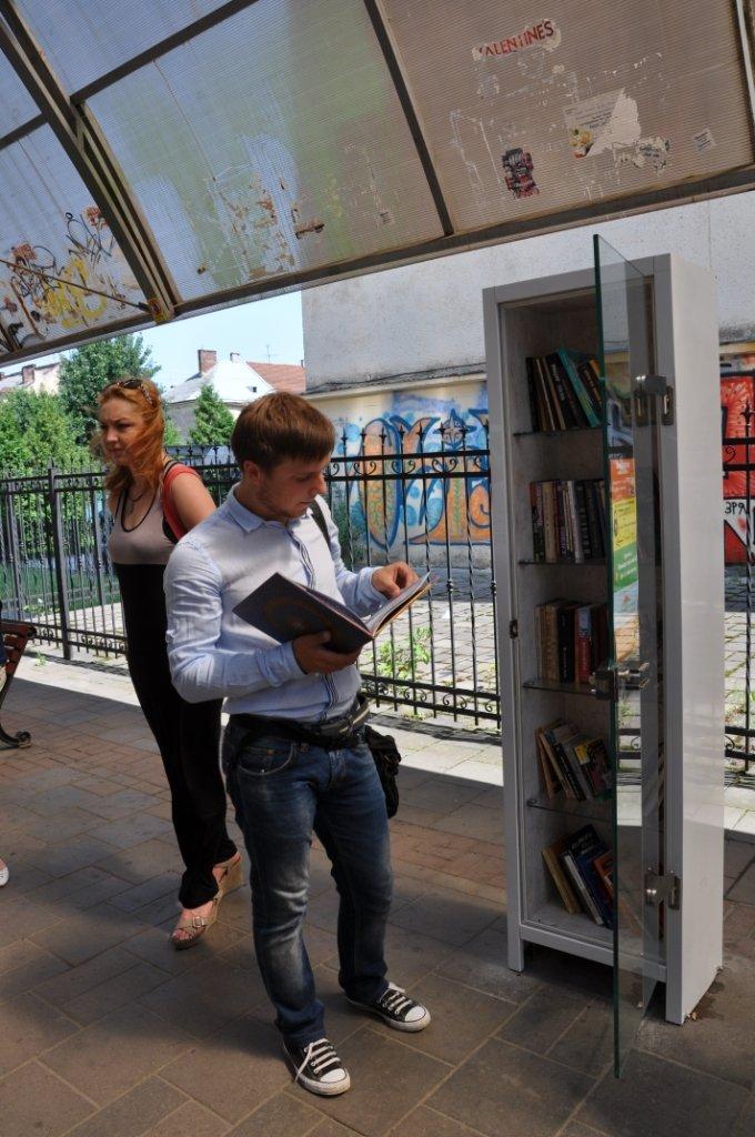 На львівських зупинках з'явились полиці для буккросингу (фоторепортаж), фото-1