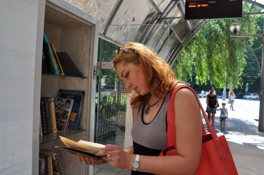 На львівських зупинках з'явились полиці для буккросингу (фоторепортаж), фото-4