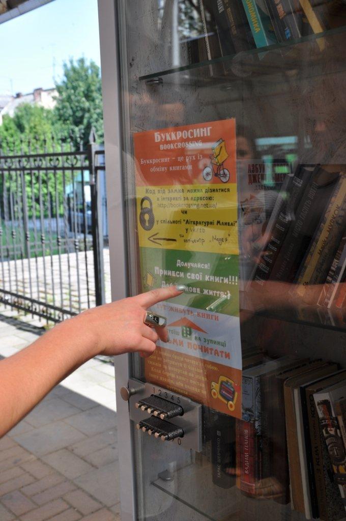 На львівських зупинках з'явились полиці для буккросингу (фоторепортаж), фото-5
