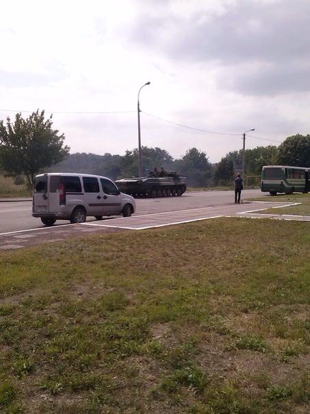 В  Мариуполе проезд военной техники вызвал накал страстей, который усмиряли выстрелами в воздух (Дополнено, ФОТО, Видео), фото-6