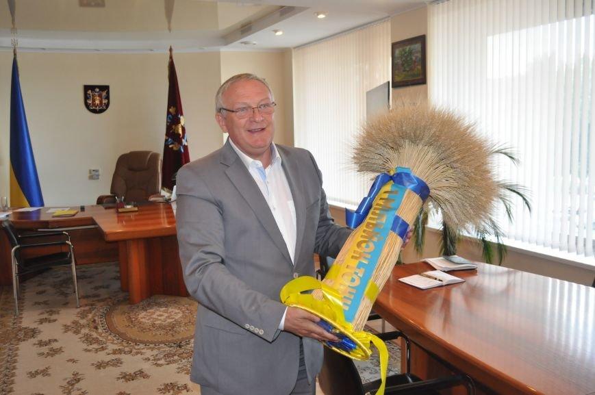 ФОТОФАКТ: Запорожскому губернатору вручили сноп зерна за первый миллион тонн урожая, фото-1