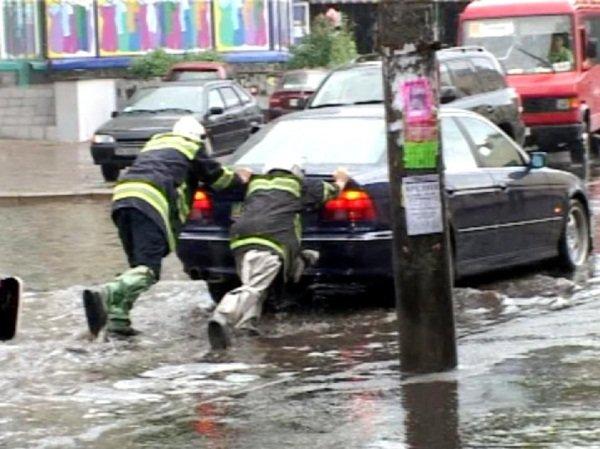 У Рівному через сильну зливу водіям допомогали рятувальники (Фото), фото-1