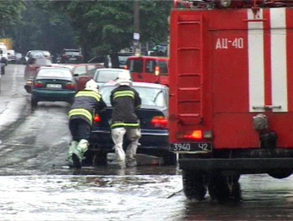 У Рівному через сильну зливу водіям допомогали рятувальники (Фото), фото-2