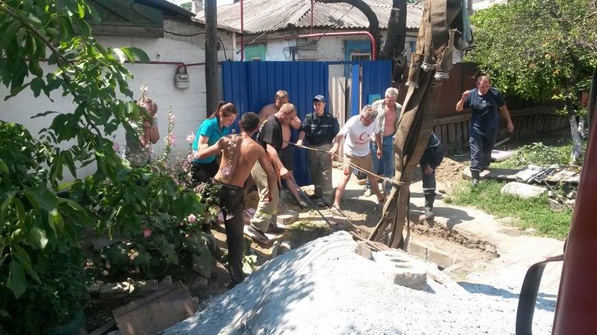 В Мариуполе спасают лошадь, провалившуюся в водопроводный колодец (ФОТО), фото-1