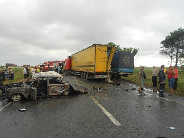 Біля Львова вантажівка розтрощила фуру та два легковика (фоторепортаж), фото-1