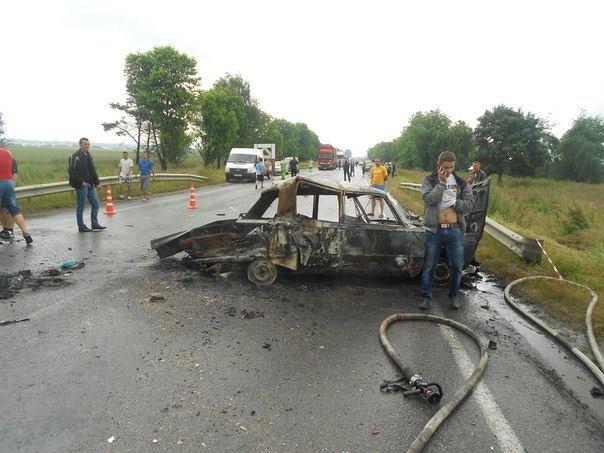 Біля Львова вантажівка розтрощила фуру та два легковика (фоторепортаж), фото-3