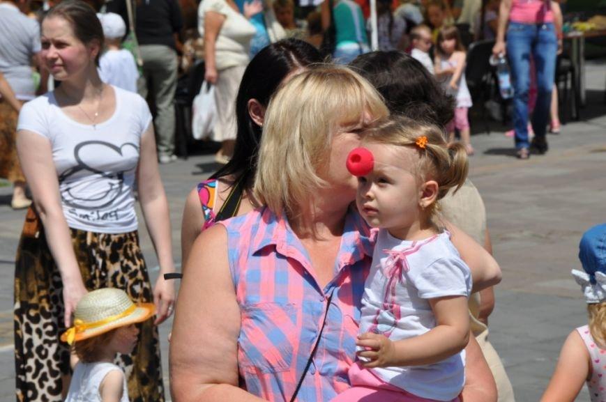 У Львові продавали червоні носики, аби зібрати гроші для лікування хворих малюків (фоторепортаж), фото-15