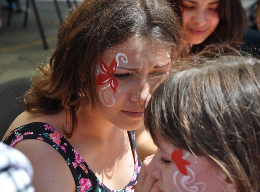 У Львові продавали червоні носики, аби зібрати гроші для лікування хворих малюків (фоторепортаж), фото-3