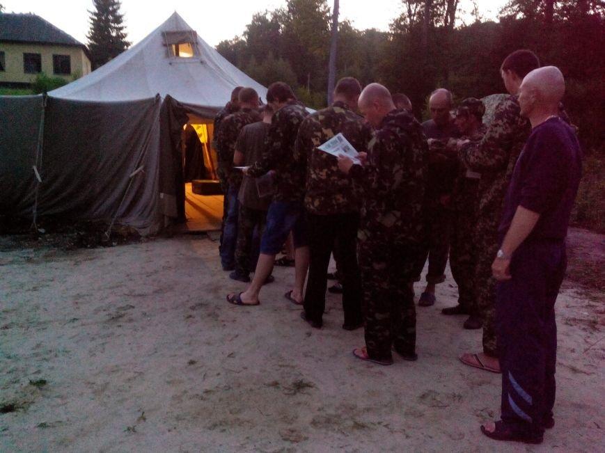 Священики приїхали до львівських військових зі шкарпетками та солодощами (ФОТО), фото-1