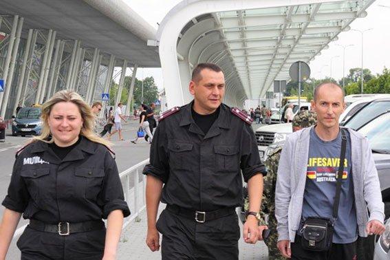 Підполковник, який отримав поранення в Маріуполі 9 травня, повернувся до Львова (ФОТО), фото-2