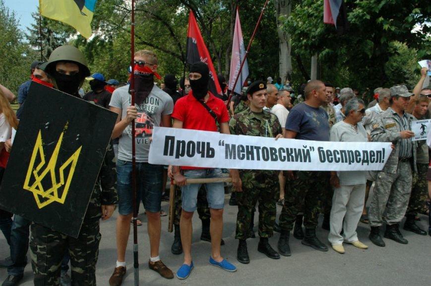 ФОТОРЕПОРТАЖ: В Запорожье под УВД собрались несколько сотен людей в масках и со щитами (ОБНОВЛЕНО), фото-3