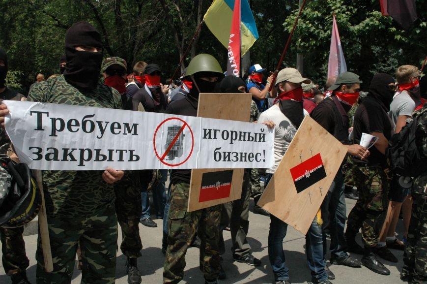 ФОТОРЕПОРТАЖ: В Запорожье под УВД собрались несколько сотен людей в масках и со щитами (ОБНОВЛЕНО), фото-7
