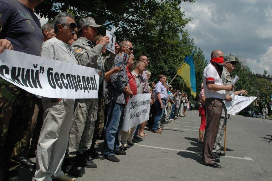 ФОТОРЕПОРТАЖ: В Запорожье под УВД собрались несколько сотен людей в масках и со щитами (ОБНОВЛЕНО), фото-9