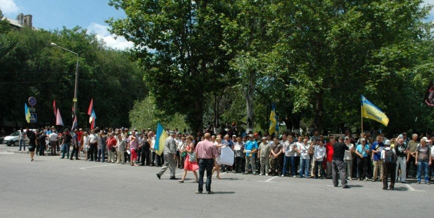 ФОТОРЕПОРТАЖ: В Запорожье под УВД собрались несколько сотен людей в масках и со щитами (ОБНОВЛЕНО), фото-11