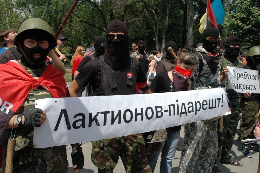 ФОТОРЕПОРТАЖ: В Запорожье под УВД собрались несколько сотен людей в масках и со щитами (ОБНОВЛЕНО), фото-1