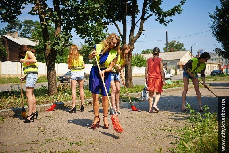 В Харькове вместе с дворниками улицы убирали сексуальные девушки-модели, фото-4