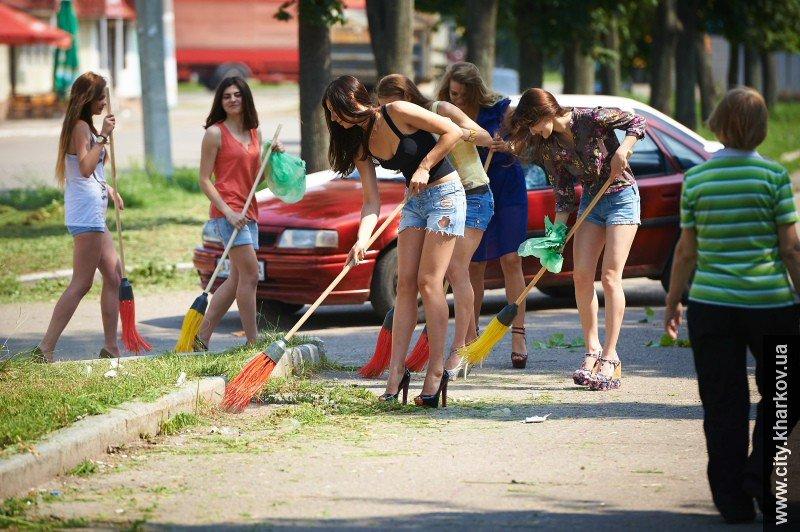 В Харькове вместе с дворниками улицы убирали сексуальные девушки-модели, фото-1