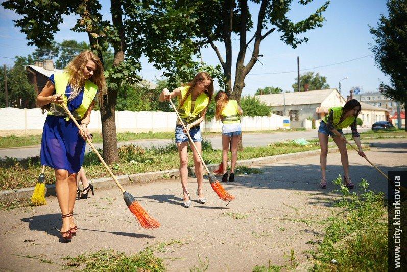 В Харькове вместе с дворниками улицы убирали сексуальные девушки-модели, фото-2
