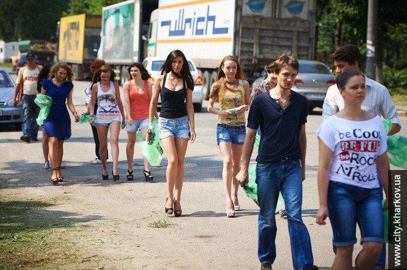В Харькове вместе с дворниками улицы убирали сексуальные девушки-модели, фото-3