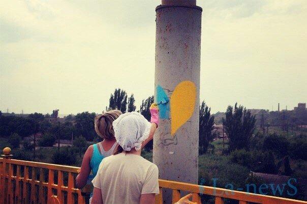 В Мариуполе покрасили пост-мост в сине-желтый цвет (ФОТО), фото-2