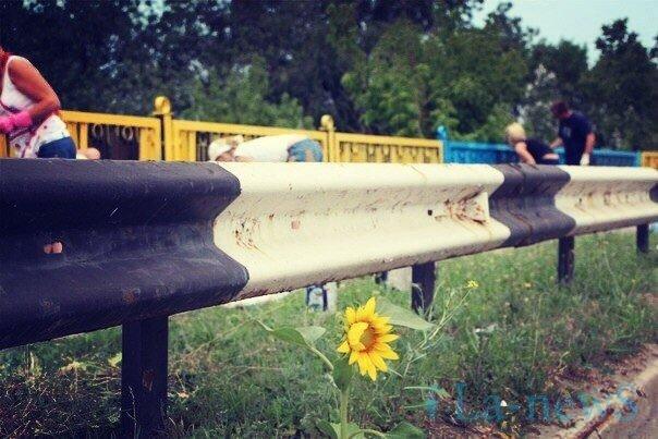 В Мариуполе покрасили пост-мост в сине-желтый цвет (ФОТО), фото-6