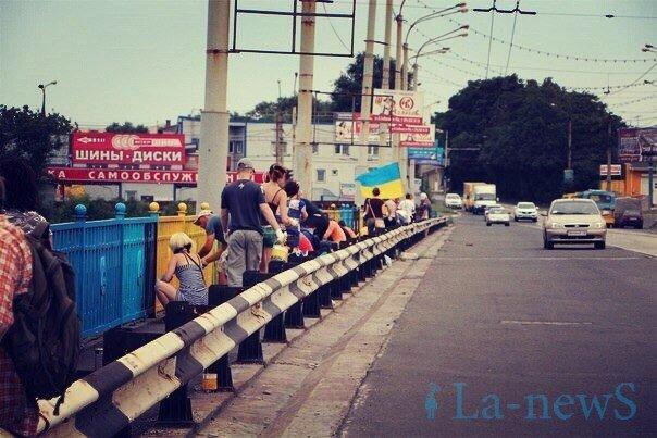 В Мариуполе покрасили пост-мост в сине-желтый цвет (ФОТО), фото-3