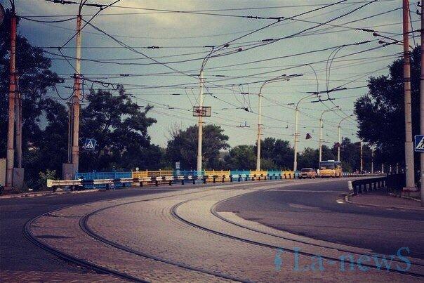 В Мариуполе покрасили пост-мост в сине-желтый цвет (ФОТО), фото-4