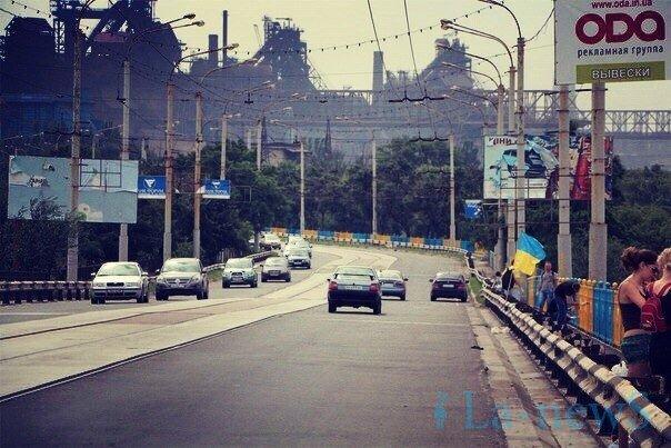 В Мариуполе покрасили пост-мост в сине-желтый цвет (ФОТО), фото-1